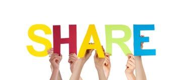 Leute-Hände, die bunten geraden Wort-Anteil halten Stockfoto