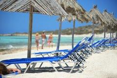 Leute haben einen Rest auf dem Strand lizenzfreie stockbilder