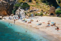 Leute haben einen Rest an der Seebucht von Palaiokastro-Stadt mit schönem Strand auf Kreta-Insel, Greec Stockbilder