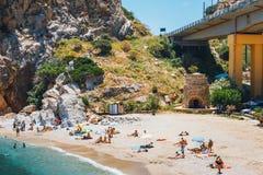 Leute haben einen Rest an der Seebucht von Palaiokastro-Stadt mit schönem Strand auf Kreta-Insel, Greec Lizenzfreies Stockbild