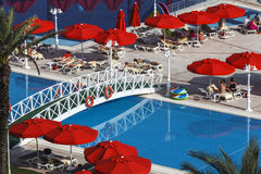 Leute haben einen Rest am IC-Hotels Santai-Familien-Erholungsort nahe Swimmingpool Antalya, die Türkei stockfotografie