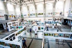 Leute haben Interesse innerhalb der Kunstgalerie Stockfotografie