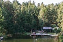Leute haben Rest und schwimmen auf dem See lizenzfreie stockbilder
