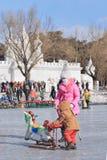 Leute haben Spaß auf dem Eis in Nanhu-Park, Changchun, China Lizenzfreie Stockfotos