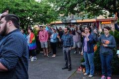 Leute halten brennende Kerzen für Orlando-Opfer während Corvallis, Oregon-Nachtwache stockbild