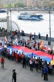 Leute halten eine russische Flagge. Lizenzfreie Stockfotos