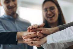 Leute-Handzusammen Partnerschafts-Teamwork stockbild