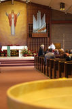 Leute, heiliges Wasser in der Kirche Lizenzfreie Stockfotografie