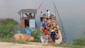 Leute holen Keramik von den Booten auf dem Markt stock video footage