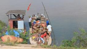 Leute holen Keramik von den Booten auf dem Markt stock video
