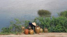 Leute holen Keramik von den Booten auf dem Markt stock footage