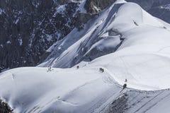 Leute im Abstand gehend auf den Gletscher Stockbild