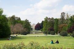Leute im Allgemeinen Garten des Parks, ACRO-della Pac von Parco Sempione, Mailand Lizenzfreies Stockfoto