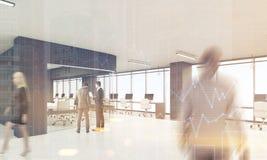 Leute im Büro mit den schwarzen Elementen der Dekoration, getont Stockfoto