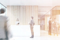 Leute im Büro mit hölzernen Wänden Stockfoto