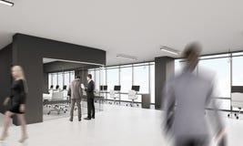 Leute im Büro mit schwarzen Elementen der Dekoration Lizenzfreie Stockfotos