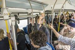 Leute im Bus auf dem Weg zu den Flugzeugen Lizenzfreie Stockbilder
