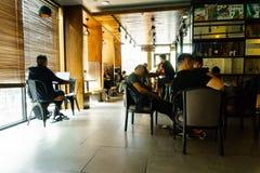 Leute im Café bei Saigon stockbild
