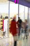 Leute im Einkaufszentrum Stockbild