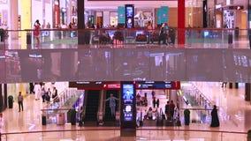 Leute im Einkaufszentrum stock video