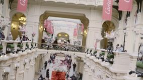 Leute im Einkaufszentrum stock video footage