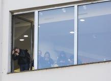 Leute im Fenster, die Demonstration auf Quadrat Prags Wenceslas gegen die gegenwärtige Regierung beobachtend Stockbild