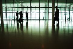 Leute im Flughafen Stockfotografie