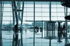 Leute im Flughafen Stockbild