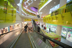 Leute im Großen Supermarkt Ashan Troyka Stockbilder