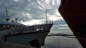 Leute im Hafen von Vung Tau Abfahrt des Schiffs erwartend, um Dao-Insel hereinzulegen stock video footage