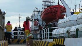 Leute im Hafen von Vung Tau Abfahrt des Schiffs erwartend, um Dao-Insel hereinzulegen stock video