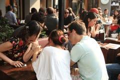 Leute im Kaffeestab Lizenzfreie Stockfotografie
