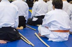 Leute im Kimono auf Kampfkunstwaffenfortbildungsseminar Lizenzfreie Stockfotografie