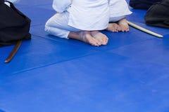 Leute im Kimono auf Kampfkunstwaffenfortbildungsseminar Lizenzfreie Stockbilder