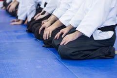 Leute im Kimono und hakama auf der Kampfkunstausbildung Stockfotos