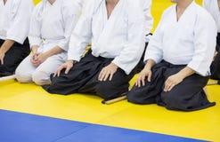 Leute im Kimono und hakama auf der Kampfkunstausbildung Lizenzfreie Stockbilder