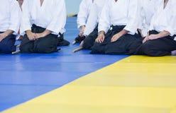Leute im Kimono und hakama auf der Kampfkunstausbildung Lizenzfreie Stockfotografie