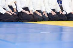 Leute im Kimono und hakama auf der Kampfkunstausbildung Stockbilder