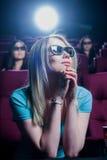 Leute im Kino, das Gläser 3d trägt Stockfotografie