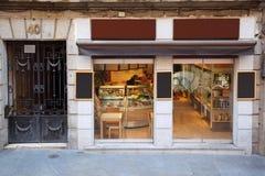 Leute im kleinen gemütlichen Café Stockbild