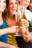 Leute im Klumpen oder in trinkendem Champagner des Stabes Lizenzfreie Stockfotografie