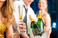 Leute im Klumpen oder in trinkendem Champagner des Stabes Stockbild