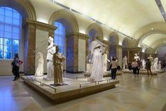 Leute im Louvre Stockfotos