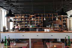 Leute im modernen Café mit gemütlichem Innenraum Stockbild