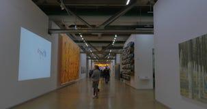 Leute im Museum der modernen Kunst, Pompidou-Mitte stock video footage