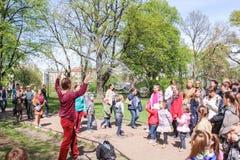 Leute im Park auf einer Show von Seifenblasen Stockfoto