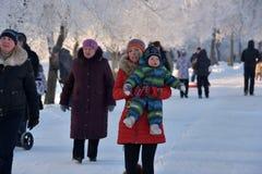 Leute im Park im kühlen Wetter im Winter Lizenzfreie Stockfotos