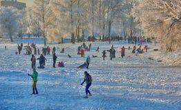 Leute im Park im kühlen Wetter im Winter Stockfoto