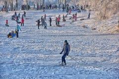 Leute im Park im kühlen Wetter im Winter Stockfotos