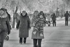 Leute im Park im kühlen Wetter im Winter, Schwarzweiss-Foto Stockbild